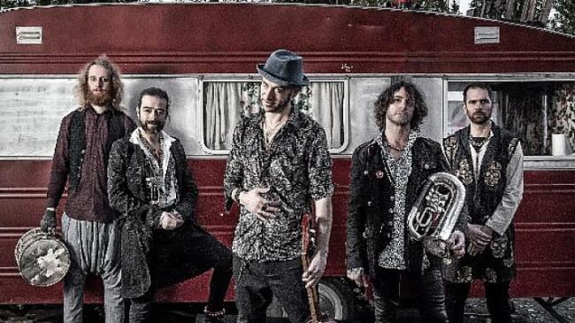 """Göçebe ruhlarını müziklerine yansıtan Fransız """"La Caravane Passe"""" grubu Yapı Kredi bomontiada'da"""
